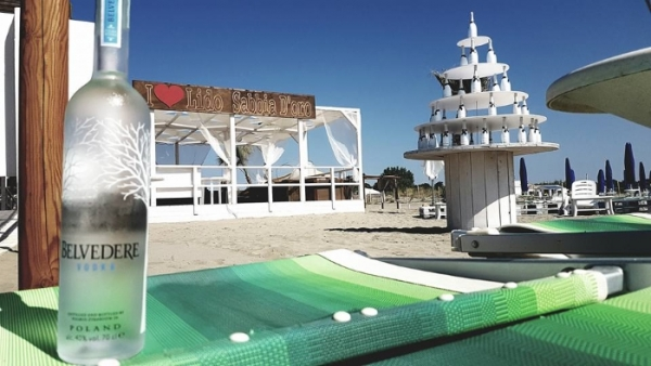 A Scanzano happy hour in bianco al Sabbia d'oro beach club